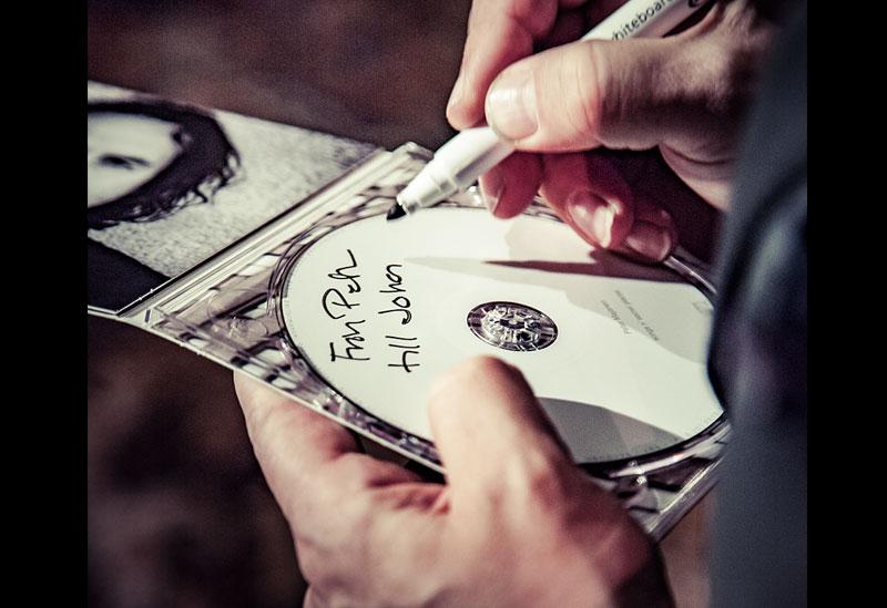 Peter signerar skivor