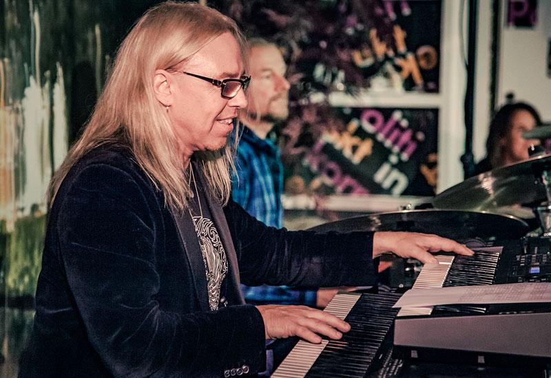 Stefan Gunnarsson på klaviatur